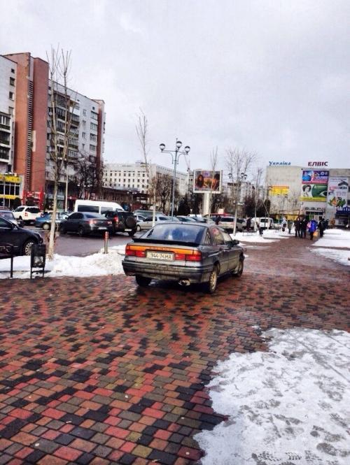У Черкасах водій припаркувався прямо на центральній площі (ФОТО)