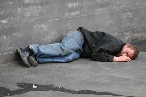 Черкаський безхатько у своїх бідах звинувачує соціальні служби (ВІДЕО)