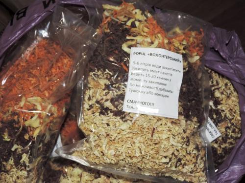 Активісти в Золотоноші власноруч виготовляють сухі пайки