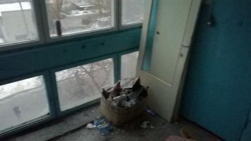 Черкащани влаштували смітник у під'їзді будинку (ФОТО)