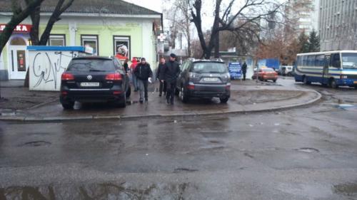 У Черкасах водії спокійно паркуються на тротуарі (ФОТО)