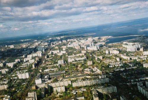 Жителі багатоповерхівки бояться, що їхній будинок впаде на Митницю (ВІДЕО)