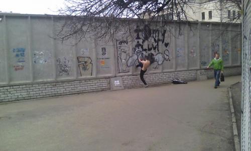 У Черкасах напівголий чоловік протестував против забудови за драмтеатром (ВІДЕО)