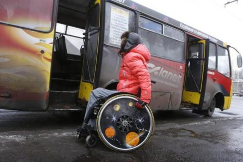 Черкащани, які пересуваються в інвалідних візках, просять пустити містом низькі автобуси