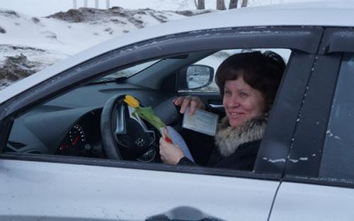 За правильне паркування жінкам-водіям дарували кульки та квіти