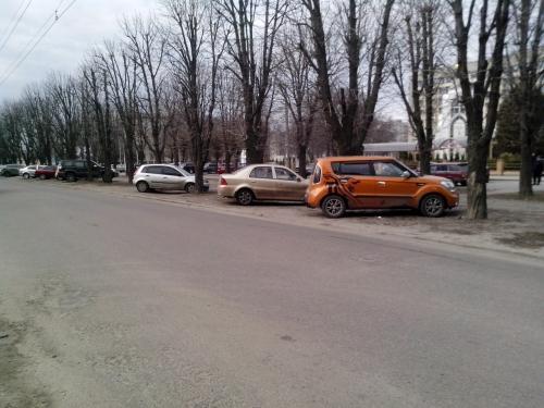 У Черкасах паркуються прямо на алеї (ФОТО)