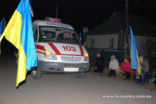 Лисянчани на колінах зустрічали тіло загиблого бійця (ВІДЕО)
