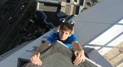 """У Черкасах """"людина-павук"""" шокує містян прогулянками по дахах (ВІДЕО)"""