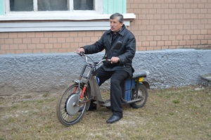На Черкащині чоловік створив мопед, який заряджається від розетки