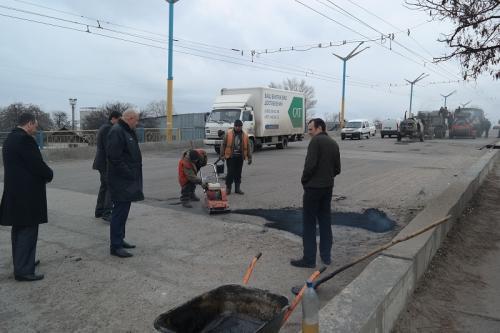 На черкаських дорогах розпочали латати дірки (ФОТО)