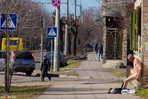 У Черкасах чоловік посеред білого дня почав роздягатися (ФОТО)