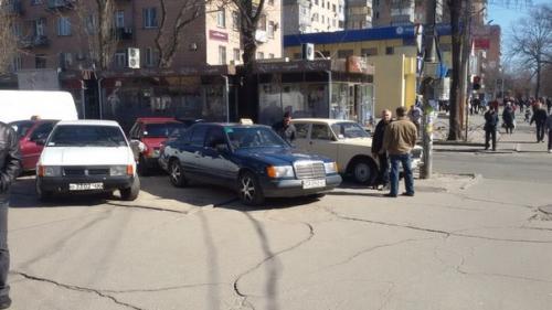 Черкаські таксисти у центрі облаштували собі парковку