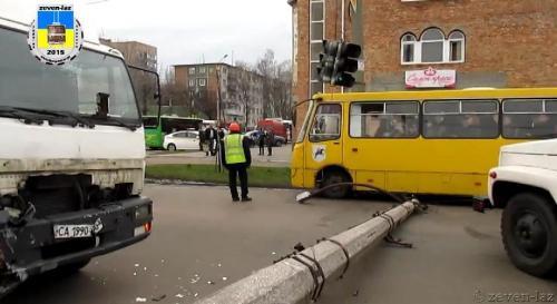 У Черкасах водій вантажівки врізався у стовп (ВІДЕО)