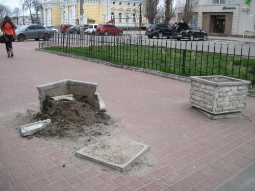 Черкаські вандали знову руйнують красу в місті (ФОТО)