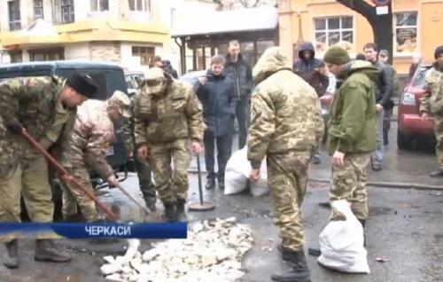 Мер і секретар міськради по-різному пояснили, чому АТОвці ремонтували дороги у Черкасах