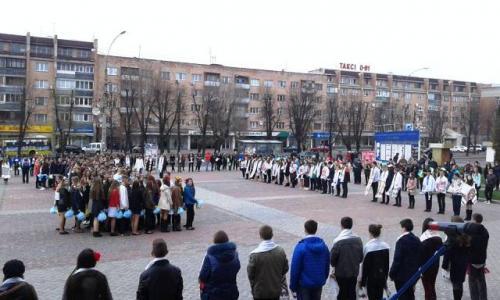 Черкаські школярі у центрі провели красивий флеш-моб