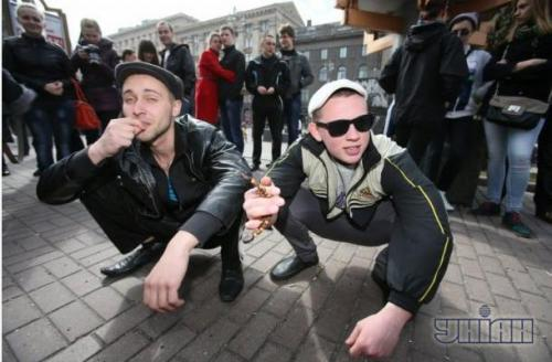 У Черкасах екс-гопники роздавали людям гроші (ВІДЕО)