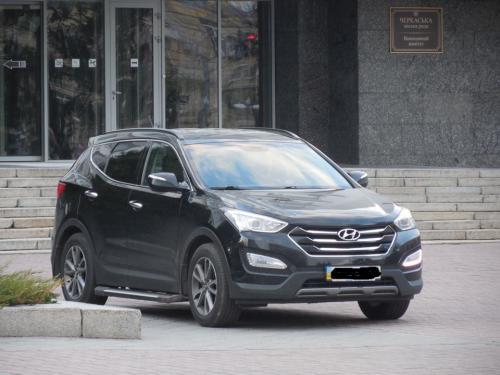 У Черкасах мажорне авто припаркували на площі біля міськради (ФОТО)