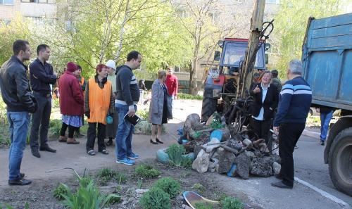 У дворі черкаського будинку скандал через посажені квіти