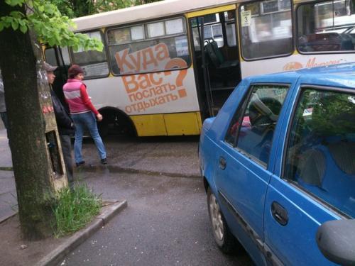 У черкаської маршрутки відвалилося колесо прямо на дорозі (ФОТО)