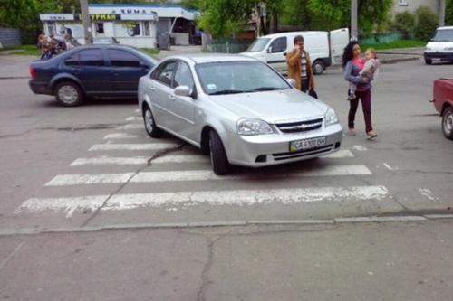Черкащанка припаркувалась на пішохідному переході (ФОТО)