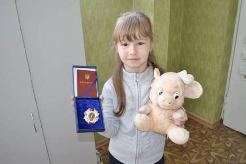 6-річна донька героя АТО отримала відзнаку за свого загиблого батька