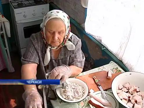 95-річна волонтер з Черкас готує військовим сухпайки