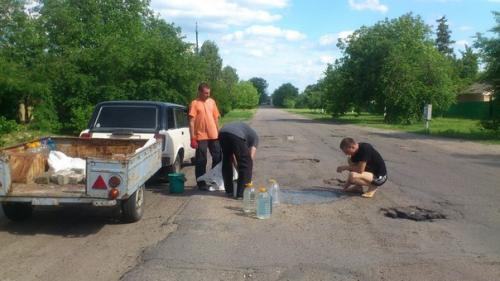 На Черкащині люди самостійно ремонтують дороги
