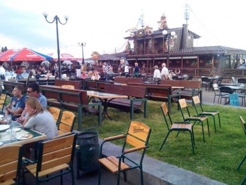Черкаський ресторан оштрафували на 1000 гривень за столики на газонах