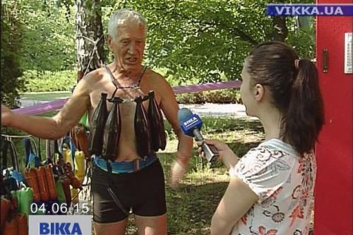 У Черкасах пенсіонери відпочивають у парку на роликах та в купальниках