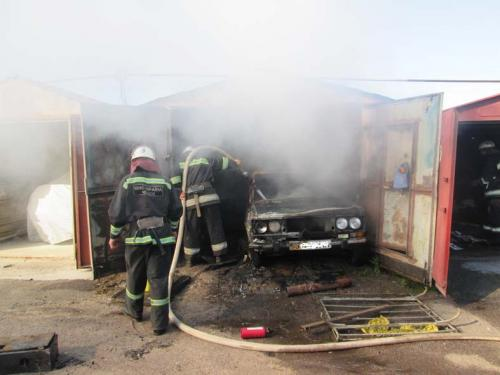 Пожежники тричі рятували гаражі від пожежи (ВІДЕО)
