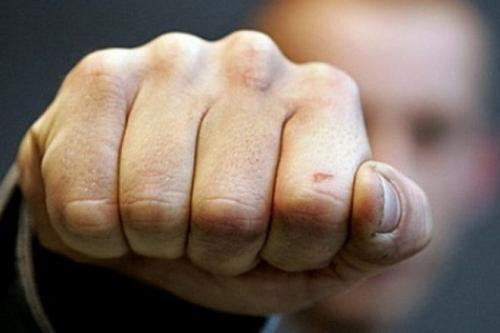 У Черкасах хлопець привселюдно побив дівчину (ВІДЕО)
