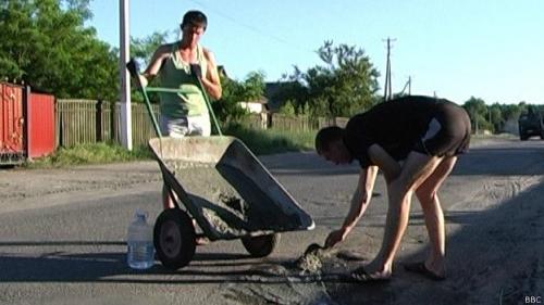 На Черкащині селяни самі ремонтували дорогу (ФОТО)