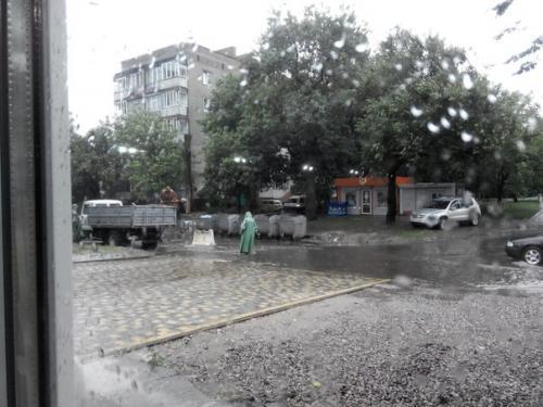 Черкаські дороги ремонтували під дощем? (ФОТО)