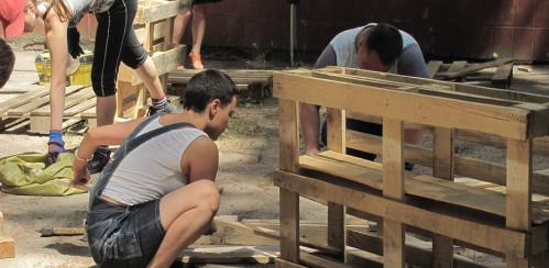 Черкасці взялися виготовляти вуличні меблі