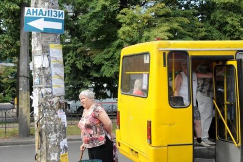 У Черкасах ледь не побилися кондуктор та пасажир маршрутки через зупинку (ВІДЕО)