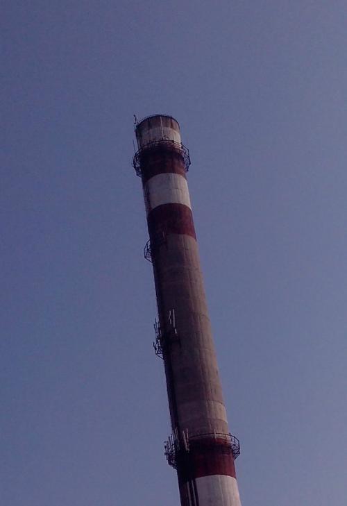 У Черкасах чоловік заліз на високу трубу, а рятувальники намагаються його зняти (ФОТО)