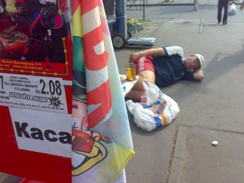 Міліціонери в центрі Черкас вгамували п'яного чоловіка (ВІДЕО)