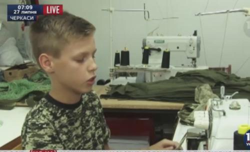 12-річний черкащанин на канікулах шиє бандани для АТО (ВІДЕО)