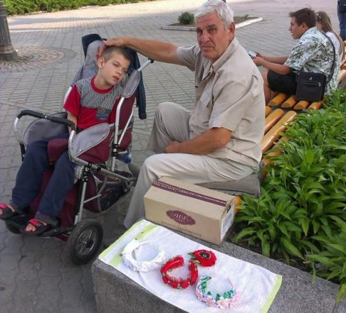 Дідусь виготовляє та продає біжутерію у Черкасах, щоб заробити онуку на лікування