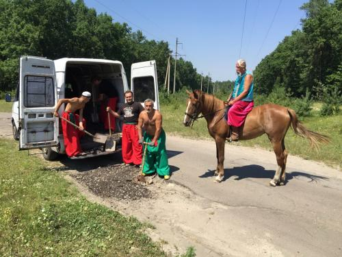У Черкасах дорогу до Дахнівки ремонтували козаки