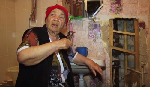 Пенсіонерка розцілувала комунальників за обіцяний їй ремонт (ВІДЕО)