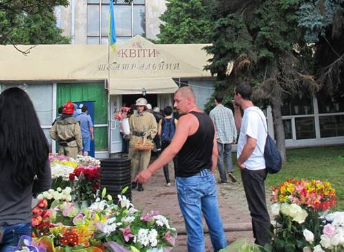 Біля драмтеатру незаконно торгують квітами