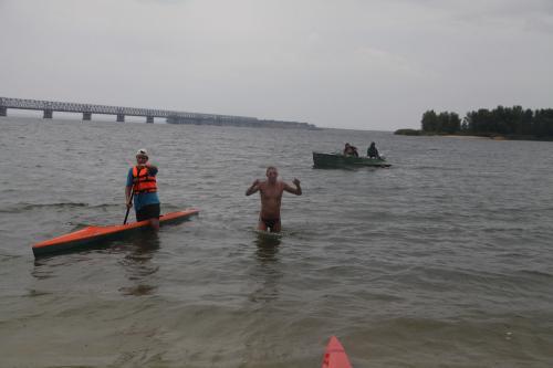 Як відомий телеведучий у Черкасах перепливав Дніпро (ВІДЕО)