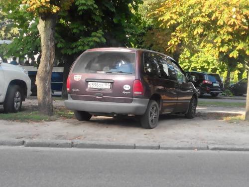 Гість із Москви нахабно припаркувався, а черкаські ДАІвці мляво його прогнали (ФОТО)