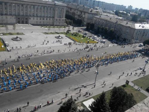 У Черкасах утворили найдовший прапор України (ВІДЕО)