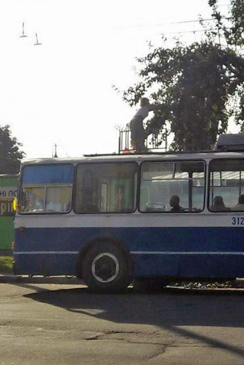 У Черкасах водії тролейбусів власноруч розчищають собі дорогу (ФОТО)
