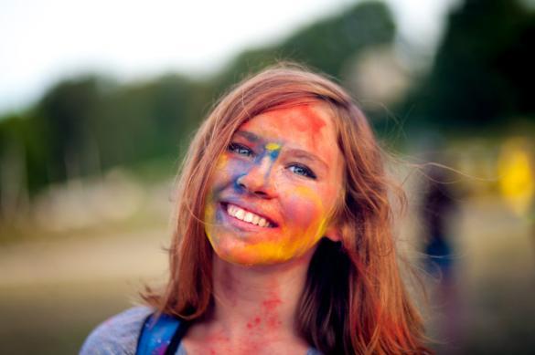 У Черкасах люди с посмішкою обливали один одного фарбами (ФОТО)