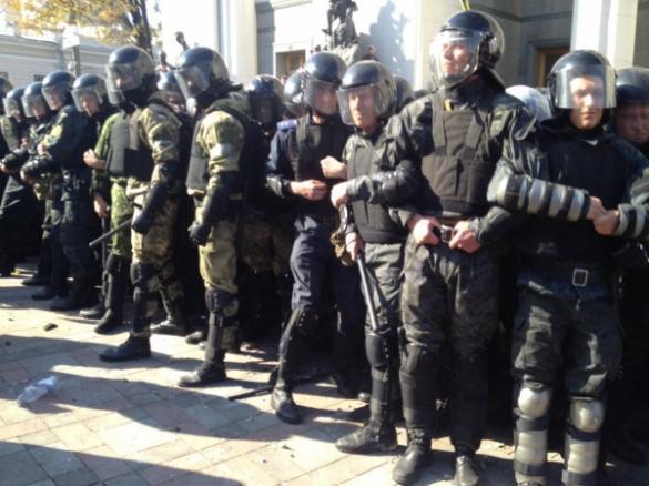 Більше 10 черкаських міліціонерів отримали пошкодження під Радою