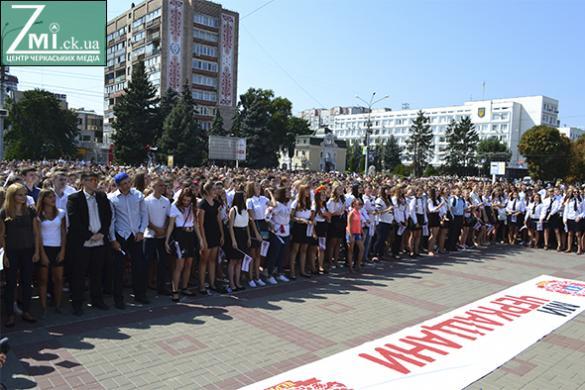 День знань черкаські школярі відзначили наймасовішим флешмомбом